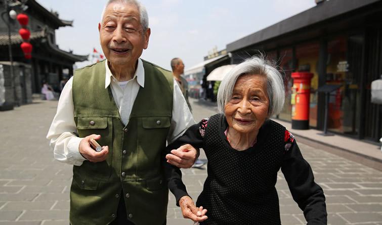 83岁弟弟搀着87岁姐姐游城墙 姐弟情感动游客