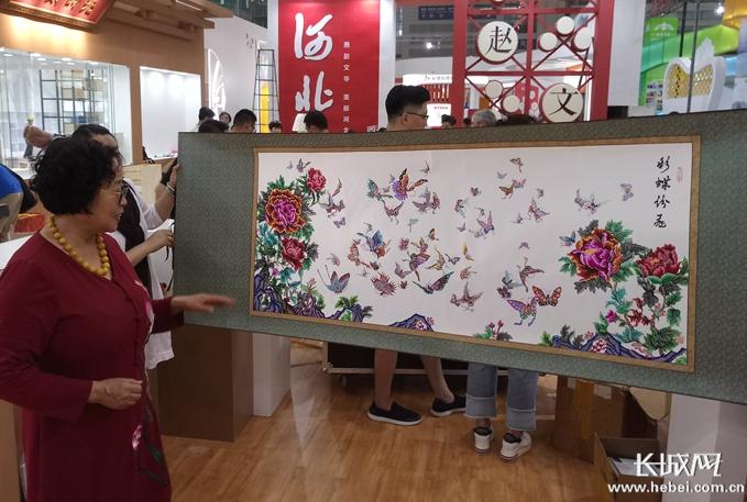 蔚县剪纸传承人周淑英将杨丽萍孔雀舞和冬奥会融入剪纸