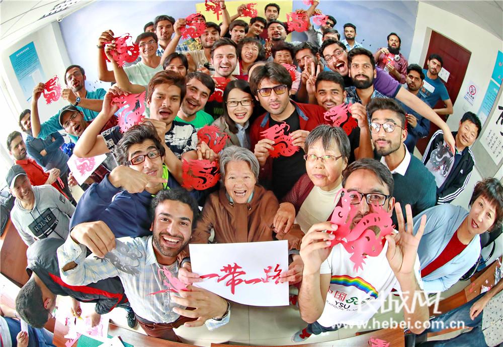 秦皇岛:外国留学生进社区 传统剪纸展魅力