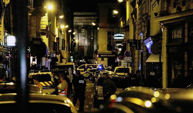 法国巴黎发生持刀袭击事件至少1人死亡 袭击者被击毙