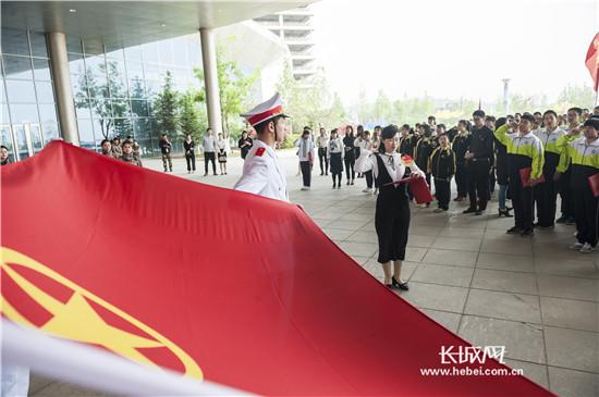 秦皇岛开发区学生举行集体入团仪式