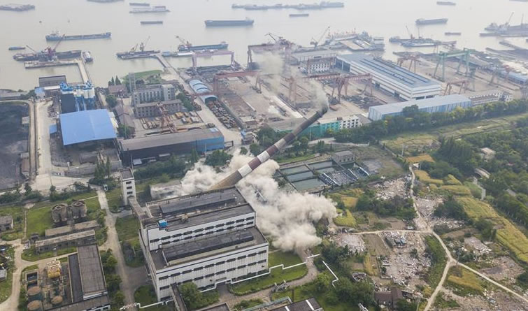 江苏南通120米高烟囱成功爆破