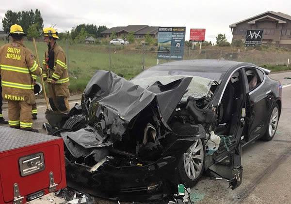 特斯拉Model S又出车祸了 这次闯红灯撞卡车