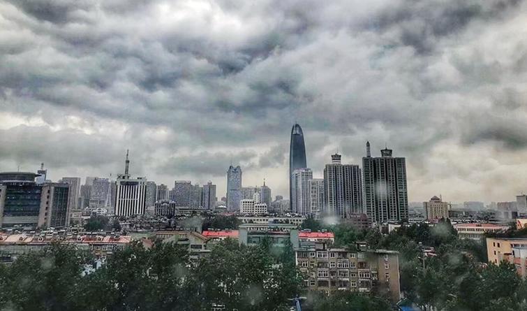 济南上空黑云压城、风雨欲来