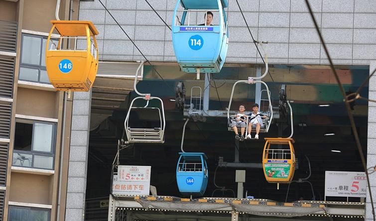 """重庆一景区索道""""穿楼""""而过 吸引游客体验"""