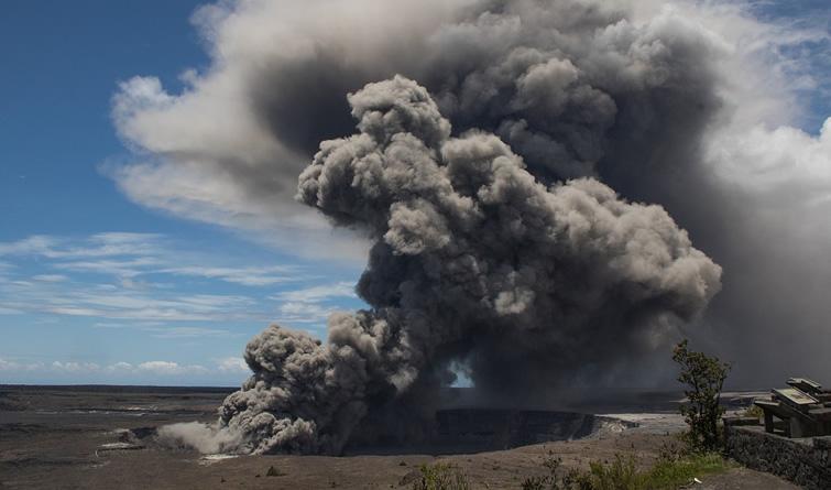 夏威夷火山猛烈喷发 火山灰柱最高达9100多米
