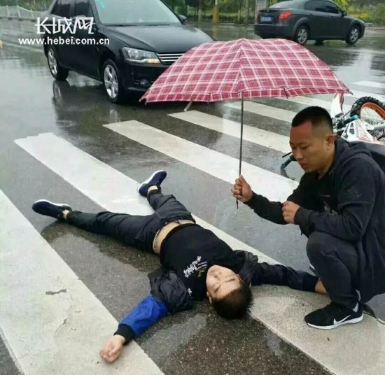 """阜城男孩雨中遇车祸 """"撑伞哥""""挡雨等来120"""