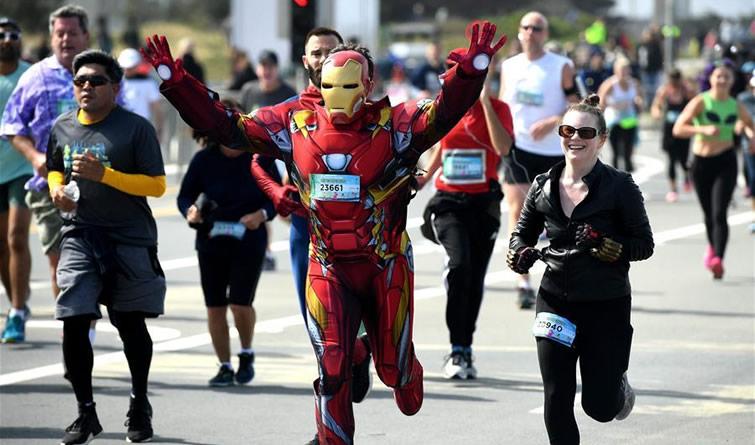 美国旧金山举办越湾长跑 参赛者奇装异服
