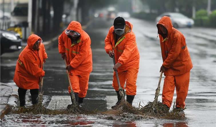 石家庄:环卫工冒雨清积水保道路畅通