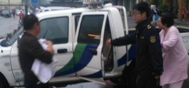 幼婴命悬一线 城管队员冒雨护卫直达医院