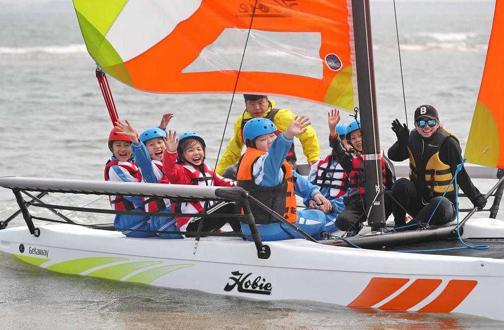 河北秦皇岛:学生学习帆船知识 体验乘风破浪