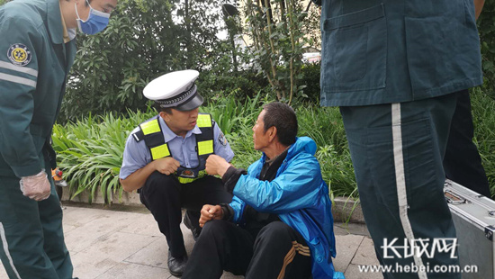 邯郸:醉酒男子路边躺 交警救助群众赞
