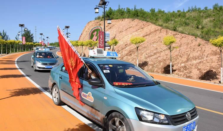 河北邢台:爱心的士司机开展助残行动 载残疾人游览古镇