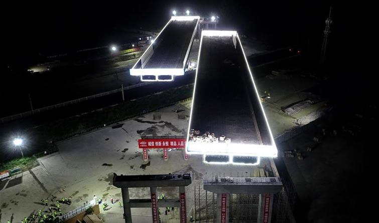京秦高速玉田段跨京哈铁路大桥成功双转体