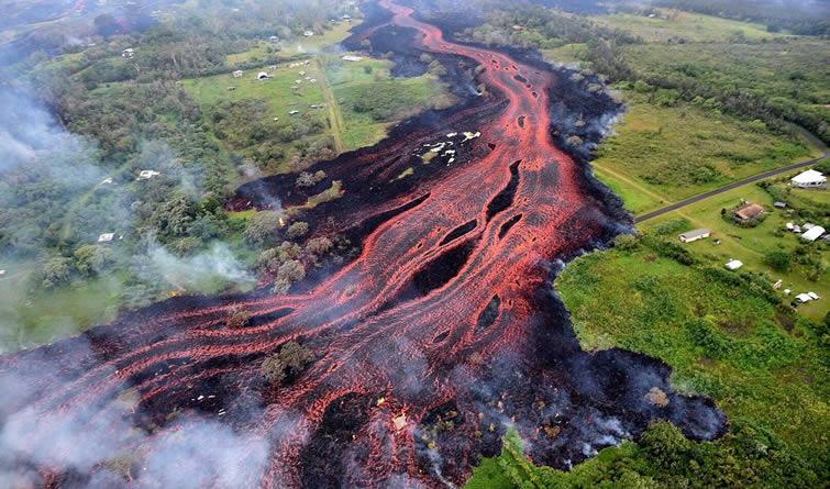 """夏威夷火山喷发持续 熔岩流动似""""火河"""""""