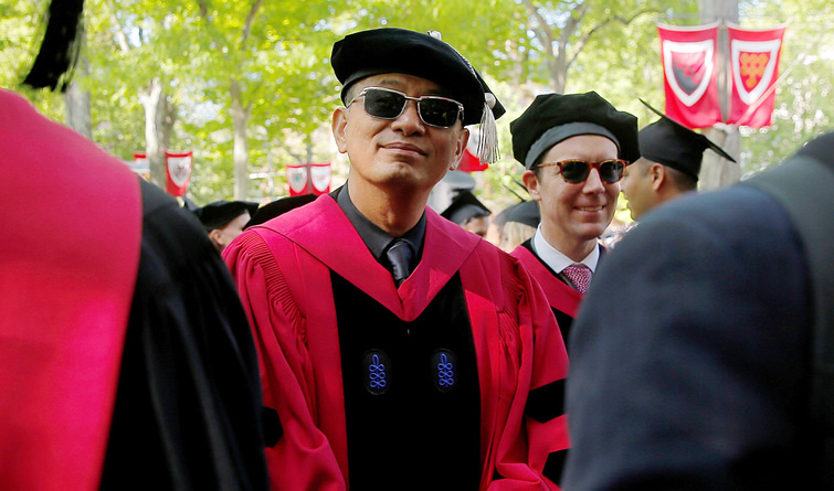 哈佛大学毕业典礼举行 导演王家卫获荣誉博士学位