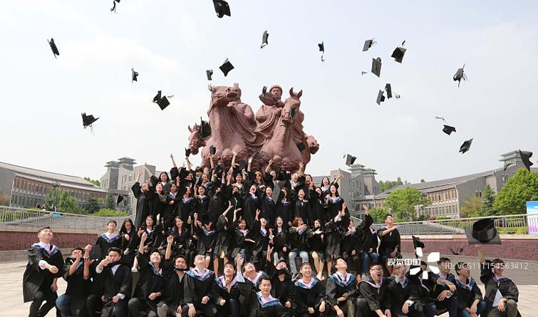 大学生拍毕业照摆POSS 扔帽子成经典动作