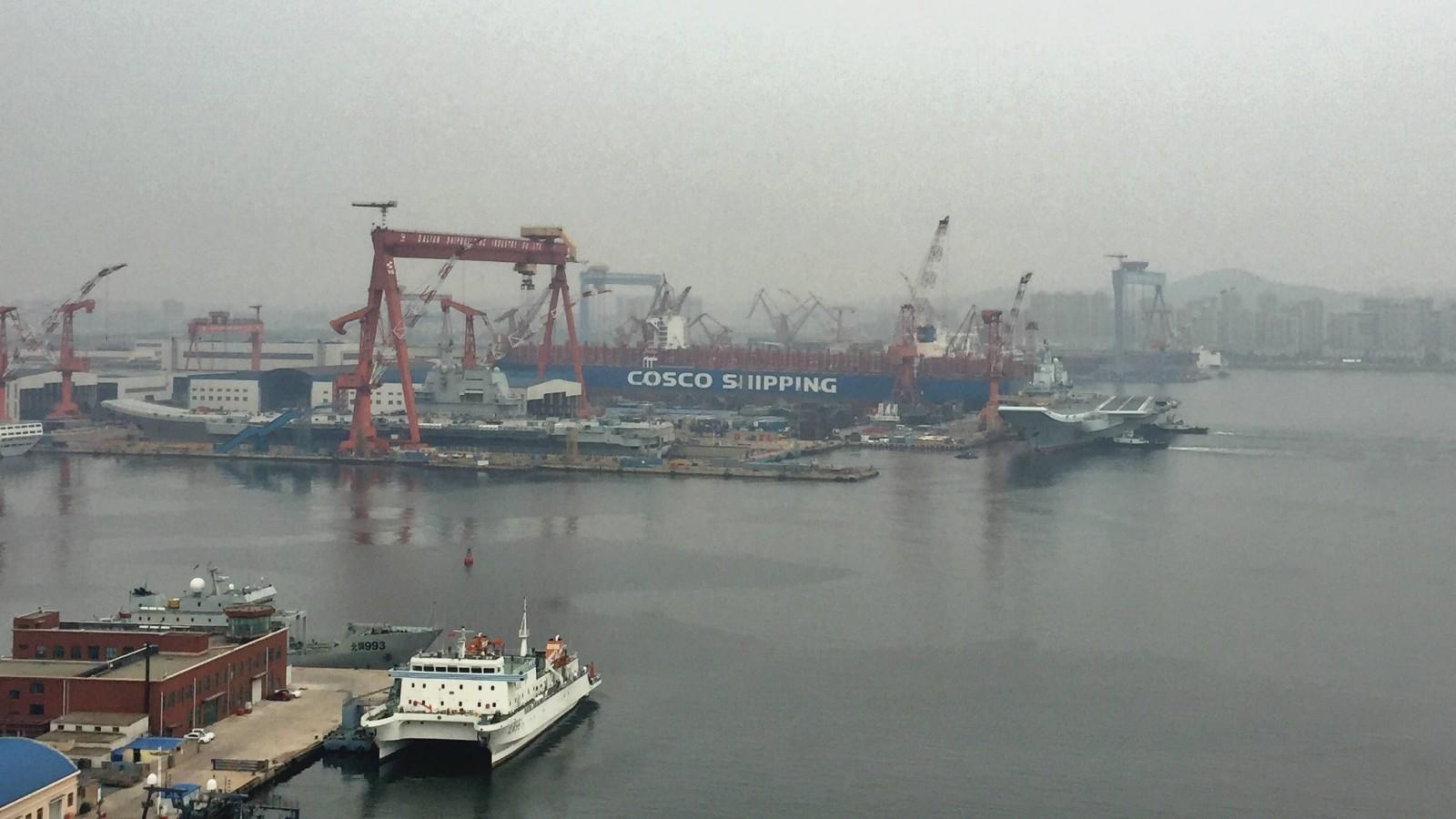 历史性时刻!辽宁号与国产航母首次同框