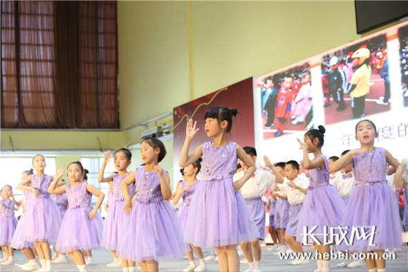 图为维明路小学一(6)班小朋友们演出舞蹈《大梦想家》.