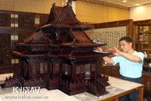 大城红木匠人纯手工打造故宫角楼模型
