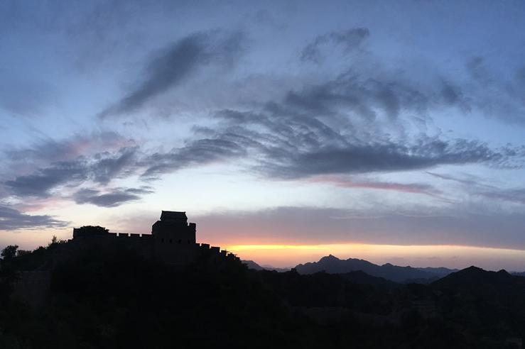 河北承德:金山岭长城上演壮美晚霞景象