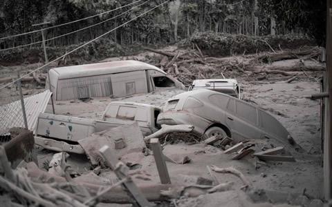 危地马拉火山喷发 地表火山灰堆积如暴雪过境
