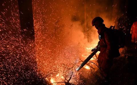 大兴安岭火灾:救火队员连夜作战