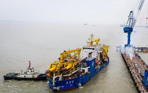 """中国自主设计建造重型挖泥船""""天鲲号""""出港海试"""