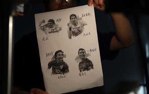 杭州一工人绘制世界杯球星为世界杯加油