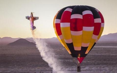 艺高人胆大 飞行员绕热气球飞行炫特技