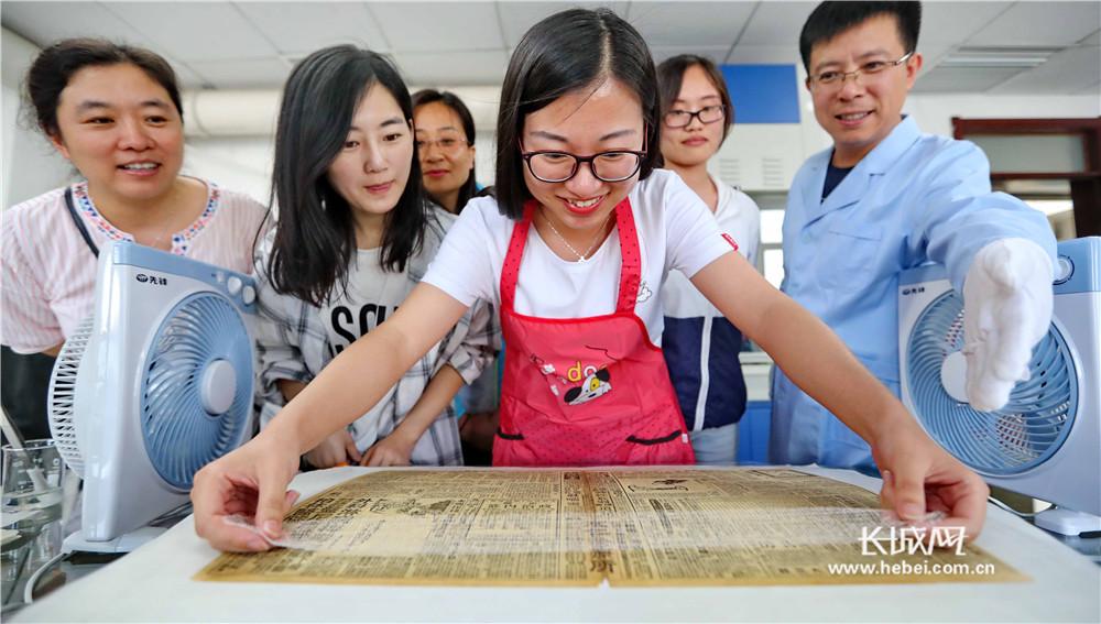 秦皇岛:参观历史档案 见证改革开放