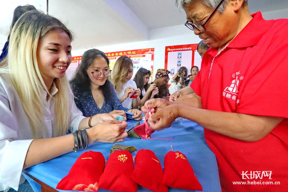 包粽子 做香囊 秦皇岛社区居民与外国留学生共迎端午节