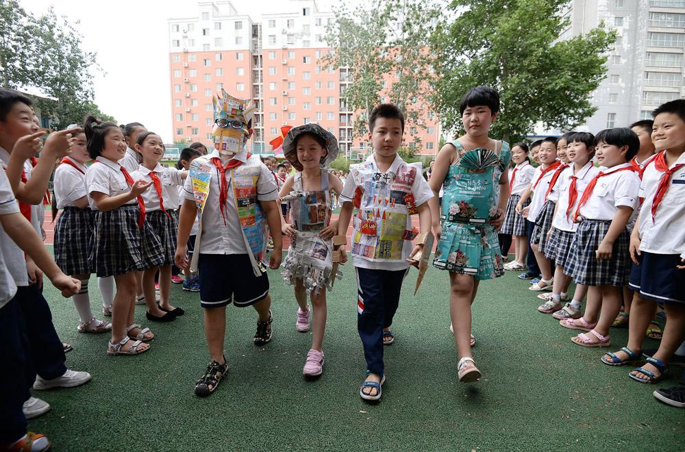 """河北邯郸:小学生""""环保服饰""""走秀倡低碳"""
