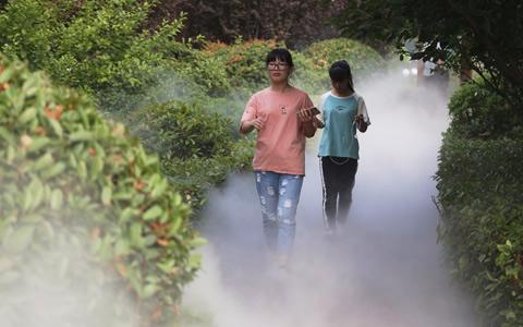 """郑州高校建造雾系统 校园变""""仙境""""云雾缭绕"""