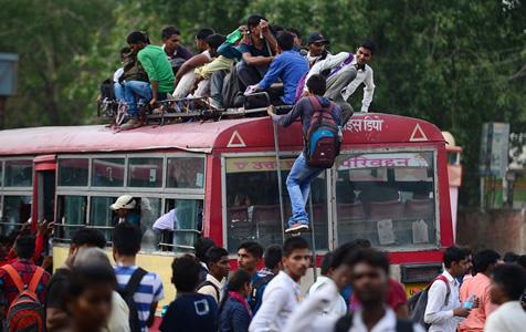 印度警校考生拼抢回家大巴 翻身上车顶比拼身手