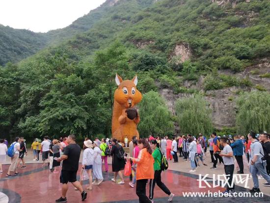 """野三坡""""端午""""迎客流高峰 接待游客17.35万人次"""