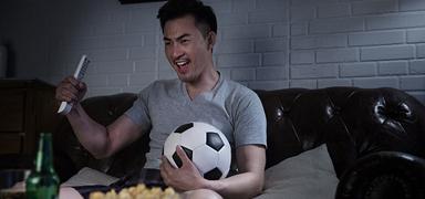 专家提醒:熬夜看球要提防心脑血管病