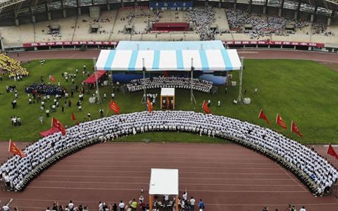 长沙:超长毕业照亮相中南大学毕业典礼
