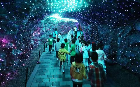 韩国打造梦幻灯光洞穴 供儿童消暑纳凉