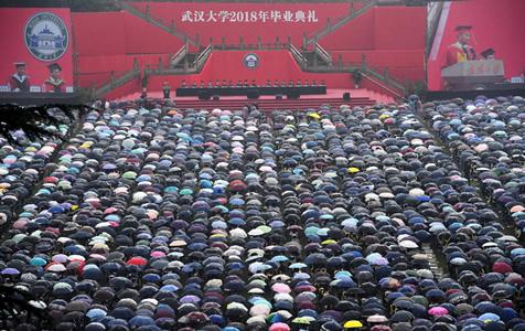 感动!武汉大学万余名学生冒雨参加毕业典礼