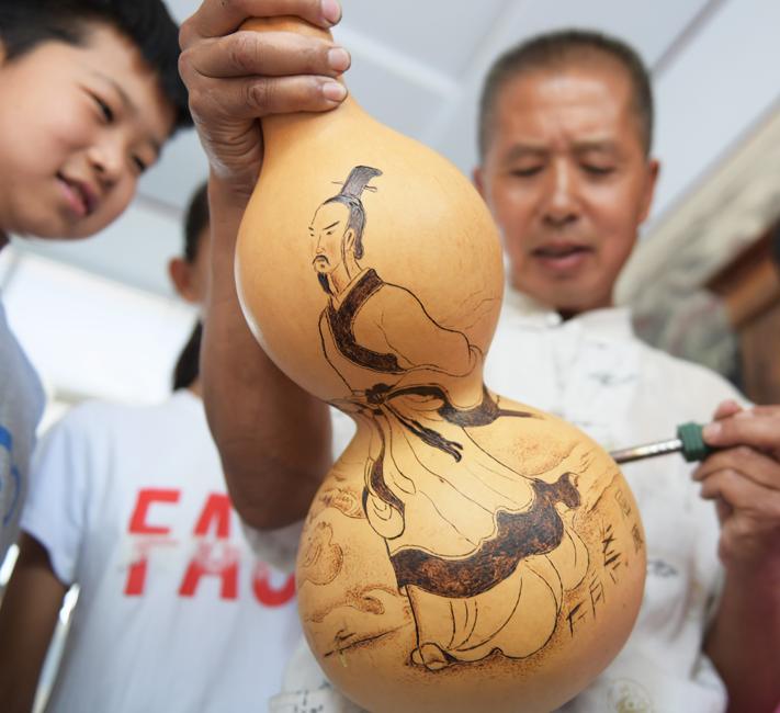 葫芦上烙出幸福画 唐山农民烙画葫芦销往十余个国家