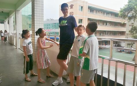 四川乐山11岁男孩身高已超2米 他可能是全世界最高小学生