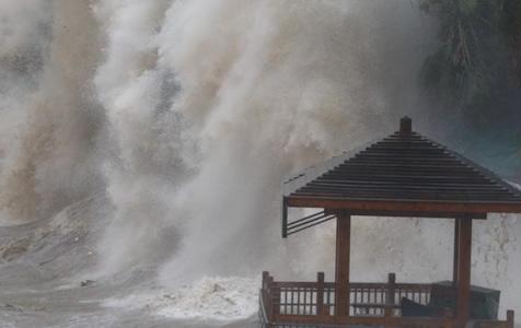 """受台风""""玛莉亚""""影响 浙江温州海域掀起巨浪"""