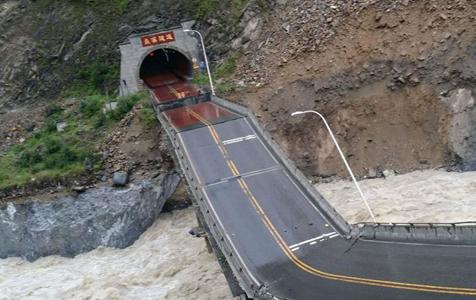 暴雨致四川茂县国道213线一处桥梁垮塌