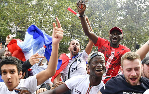 法国夺冠巴黎狂欢