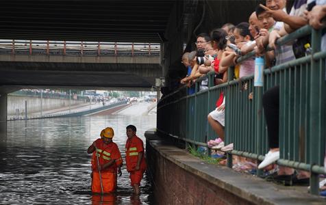 暴雨来袭 北京回龙观城铁桥被淹