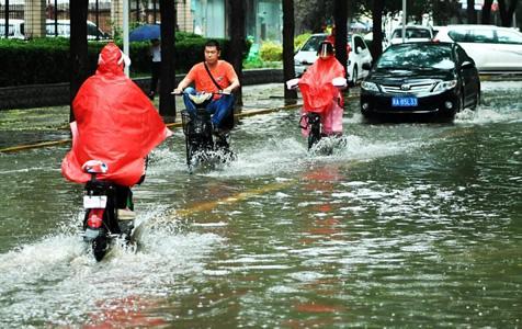 河北石家庄遭遇暴雨 道路积水民众涉水出行