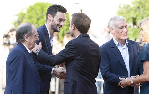 法国总统马克龙迎接法国队凯旋