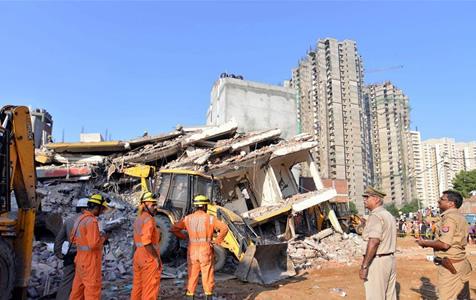 印度楼房倒塌致2人死亡 20多人被埋
