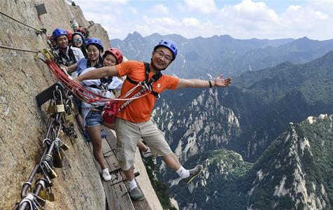 华山长空栈道:勇敢者峭壁上的旅游